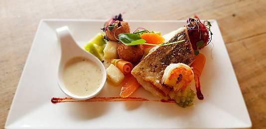 Zanderfilet –gebraten- mit zerlassener Butter,Salzkartoffeln und Salatbeilage 12,90 Euro
